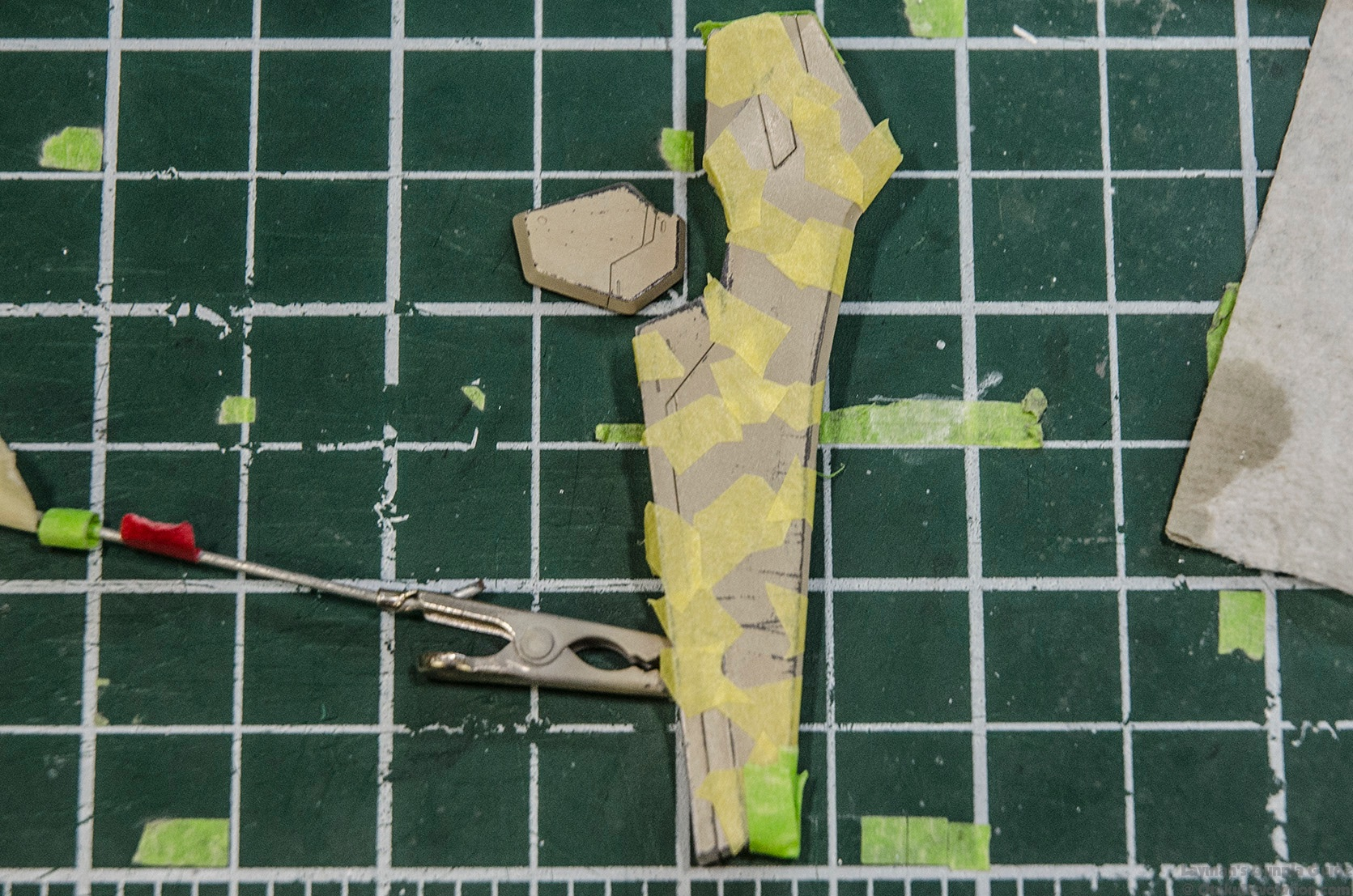 layman s gunpla guide advanced hairspray chipping tutorial cover the masked parts a few layers of hairspray wait an hour then apply the second colour to your two tone camouflage paint scheme